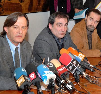 El alcalde de Vic, Josep Maria Vila dAbadal (izqda.) junto a los ediles Josep Burgaya (PSC) y Joan López (ERC). - EFE